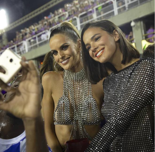 Откровенно говоря  — Изабель Гулар на карнавале в Рио в соблазнительном топе (фото 2)