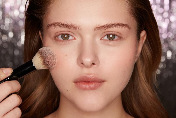 Поэтапная инструкция: 2 новогодних макияжа от визажистов Елены Крыгиной (фото 22)