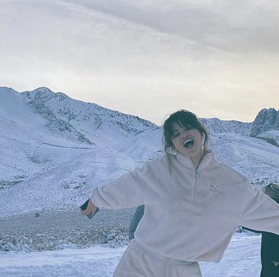 Уютное Рождество: Селена Гомес отдыхает с семьей в горах (галерея 1, фото 0)
