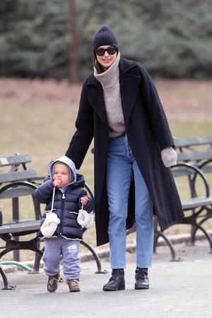 Идеальная мама: Ирина Шейк с дочерью в Центральном парке (фото 2.1)
