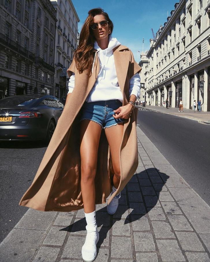 Как носить джинсовые шорты осенью? Попробуйте с пальто, как Изабель Гулар (фото 1)
