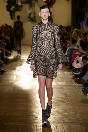 Показ Iris van Herpen коллекции сезона Весна-лето 2018 года Haute couture - www.elle.ru - Подиум - фото 672591