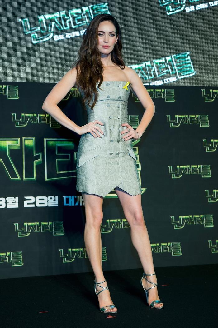 Меган Фокс в коротком платье-бюстье