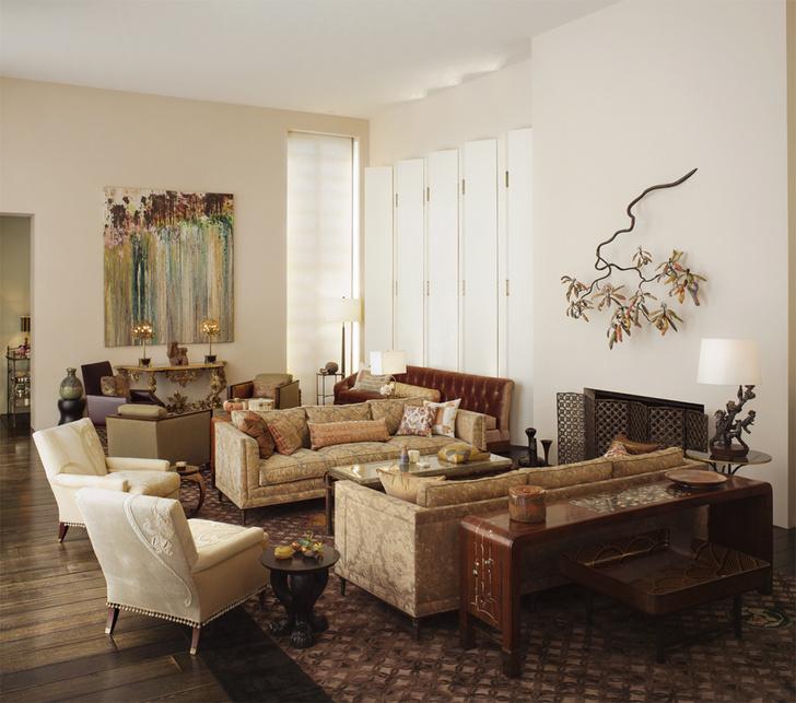В гостиной диваны Wren Tufted Sofa, на заднем плане кресла Salon Chairs (6340), все — The Bill Sofield Collection. На стенах — картина Ларри Пунса и скульптура Майкла Шеррилла. На переднем плане круглый столик Le Lion Stand (3782), The Jacques Garcia Collection.