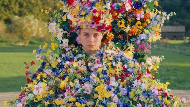 История одного платья: майская королева и 10 тысяч цветов из венгерского льна (фото 1)