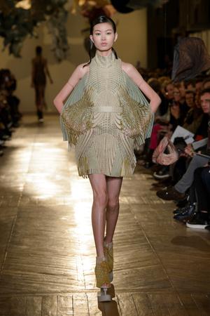 Показ Iris van Herpen коллекции сезона Весна-лето 2018 года Haute couture - www.elle.ru - Подиум - фото 672561