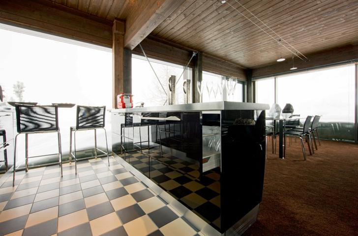 Пол в гостиной-столовой покрыт ковролином, а в кухне выложен шахматной плиткой, Vogue. Кухня Flux от Scavolini, встроенная техника, Whirlpool.