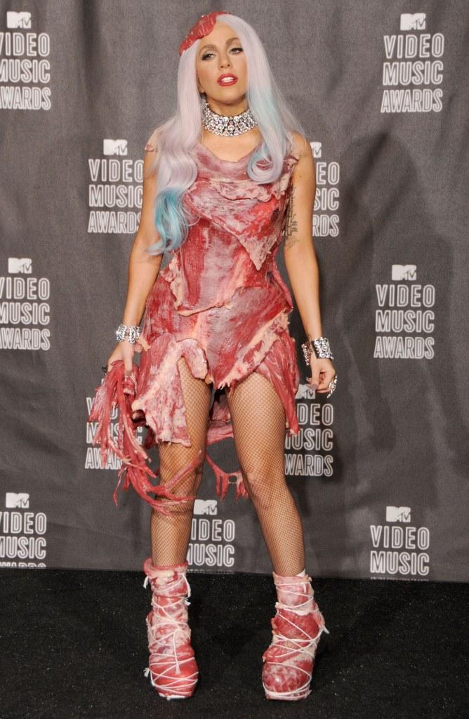 Леди Гага в платье из мяса на MTV Video Music Awards в 2010 году