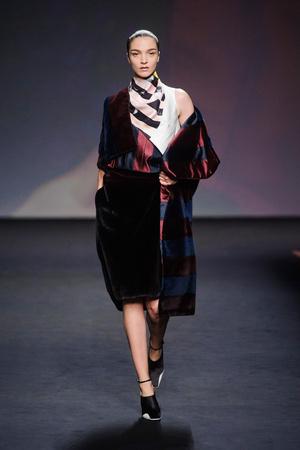 Показ Christian Dior коллекции сезона Осень-зима 2013-2014 года haute couture - www.elle.ru - Подиум - фото 556351