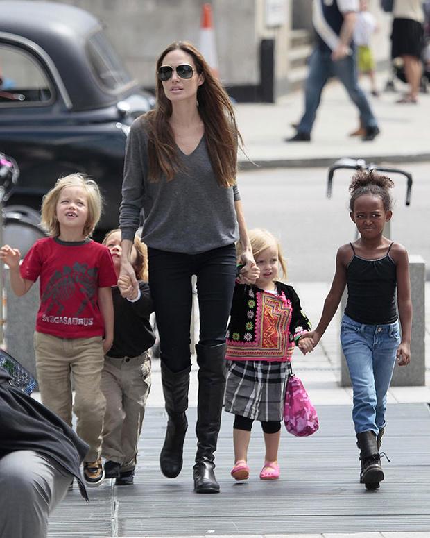Анджелина Джоли с приемной дочерью Захарой и родными детьми