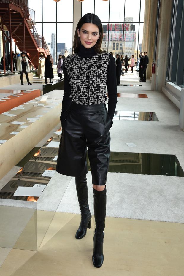 Водолазка + кожаные шорты – нескучная униформа для офиса. Вдохновляемся Кендалл Дженнер (фото 1)