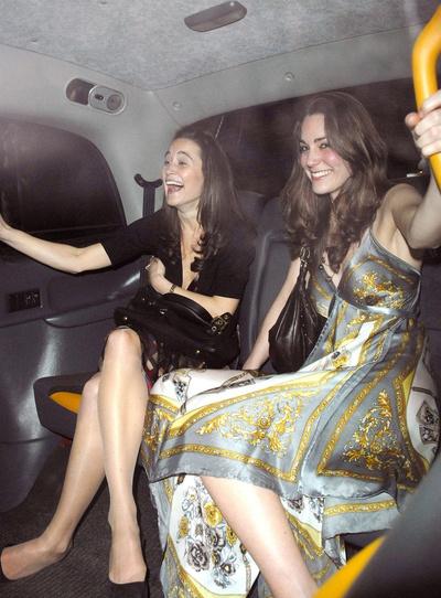 Кейт Миддлтон с подругой перед вечеринкой в Лондоне, 2006 год