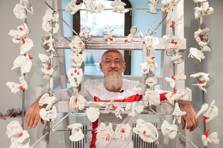 Олег Кулик в галерее ГУМ-Red-line (фото 8)