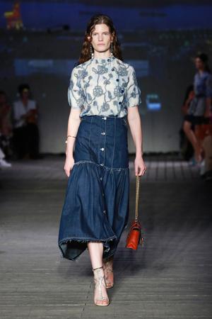 Всего одна юбку на весну — джинсовая миди, как носили наши мамы (фото 5.1)