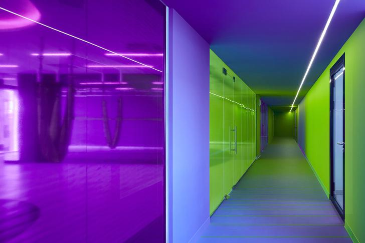 Разноцветный спортклуб в Екатеринбурге по проекту VOX Architects (фото 4)