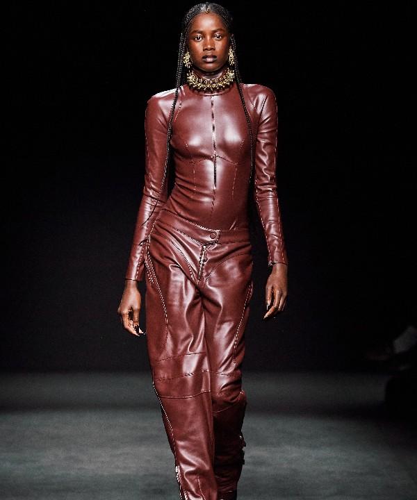 Прозрачные ткани, глубокое декольте и кожа: Mugler FW 2020