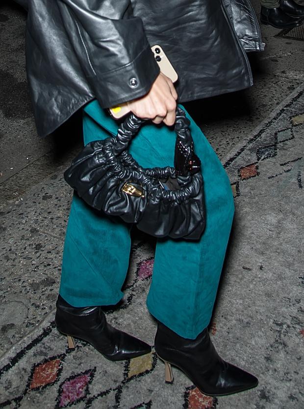 Морская бирюза: Белла Хадид доказывает, что вельветовые костюмы – это стильно (фото 3)