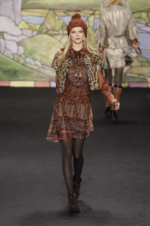 Показ Anna Sui коллекции сезона Осень-зима 2010-2011 года prêt-à-porter - www.elle.ru - Подиум - фото 146735