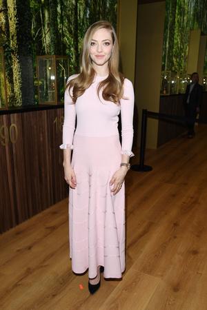 По вторникам мы носим розовое: Аманда Сейфрид в платье Ulyana Sergeenko (фото 1.1)