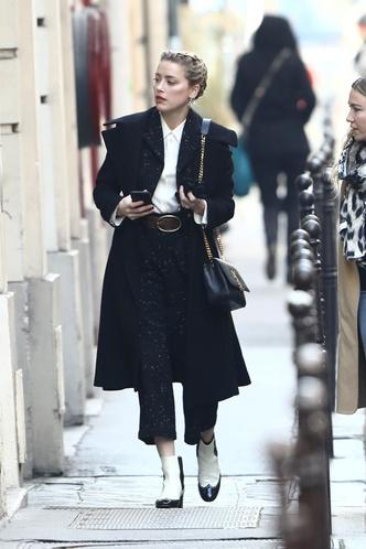 Черные брюки, белая блуза и жемчуг: урок парижского стиля от Эмбер Херд (фото 1.1)