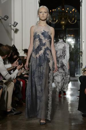Показ Yiqing Yin коллекции сезона Осень-зима 2015-2016 года Haute couture - www.elle.ru - Подиум - фото 597355