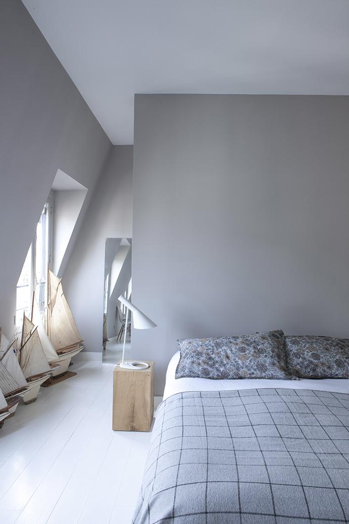 В отличие от всех других помещений спальня хозяев выкрашена в более темный оттенок серого Cimento, Flamant