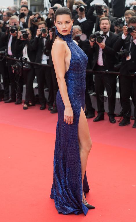 Синяя птица: Адриана Лима в платье Michael Kors в Каннах (фото 1)