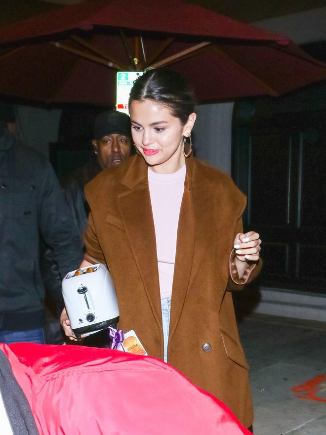 Почему вместо клатча в руках у Селены Гомес оказался тостер и что это значит? (фото 2.2)