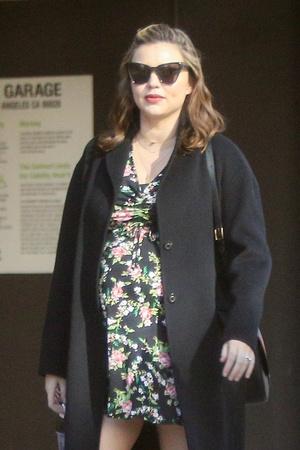 Фото дня: беременная Миранда Керр на прогулке в Голливуде (фото 5)