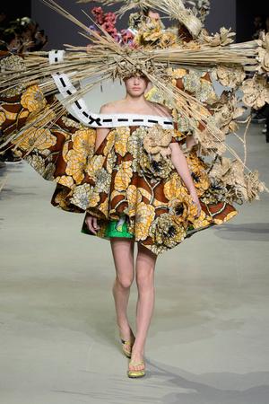 Показ Viktor & Rolf коллекции сезона Весна-лето 2015 года Haute couture - www.elle.ru - Подиум - фото 593340