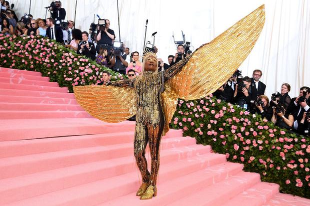 Золотой Феникс: Билли Портер в доспехах из перьев на красной дорожке церемонии «Оскар-2020» (фото 4)