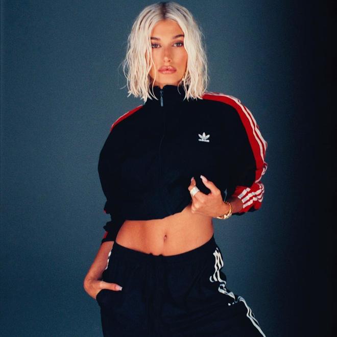 Спортивный костюм — это стильно: Хейли Бибер в кампании adidas originals (фото 0)