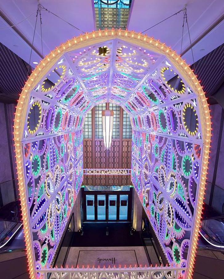 Dolce & Gabbana украсили витрины британского Harrods к Рождеству фото [9]