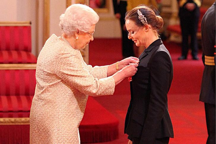 Что звезды надевали на встречу с королевой Елизаветой II? (фото 48)