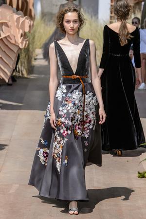 Показ Dior Haute Couture коллекции сезона Осень-зима 2017-2018 года Haute couture - www.elle.ru - Подиум - фото 623820