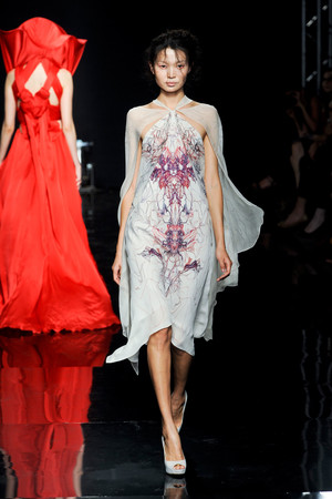 Показ Yiqing Yin коллекции сезона Осень-зима 2012-2013 года Haute couture - www.elle.ru - Подиум - фото 405052