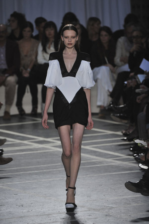 Показ Givenchy коллекции сезона Весна-лето 2010 года prêt-à-porter - www.elle.ru - Подиум - фото 120045