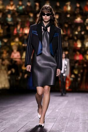 Как носить пуховик с вечерним платьем? Ответ найдете на показе Louis Vuitton (фото 12.1)