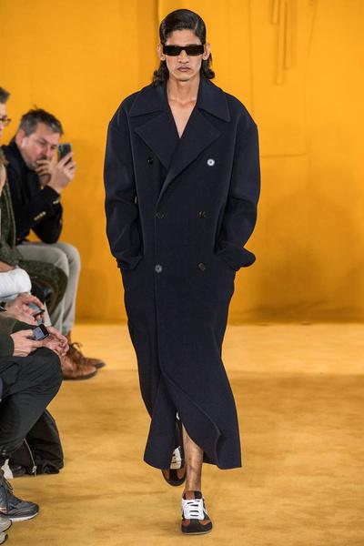 Сапоги-брюки и идеальные рубашки на показе Loewe Men's Fall 2019 (галерея 1, фото 45)