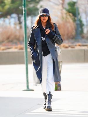 Носите широкие брюки с высокими ботинками как Ирина Шейк в Нью-Йорке (фото 0.1)