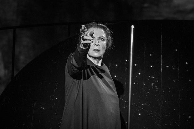 "Алла Демидова на сцене в спектакле ""Ахматова. Поэма без героя"""