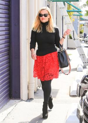 Одна вещь — два образа: любимая красная юбка Риз Уизерспун (фото 3.1)