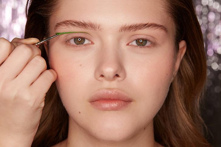 Поэтапная инструкция: 2 новогодних макияжа от визажистов Елены Крыгиной (фото 24)