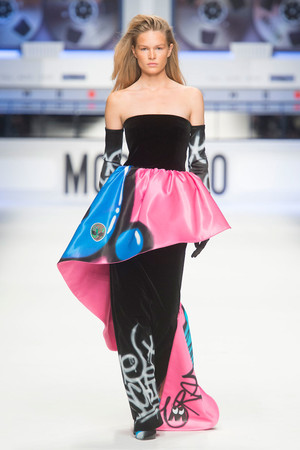 Показы мод Moschino Cheap & Chic Осень-зима 2015-2016 | Подиум на ELLE - Подиум - фото 4273