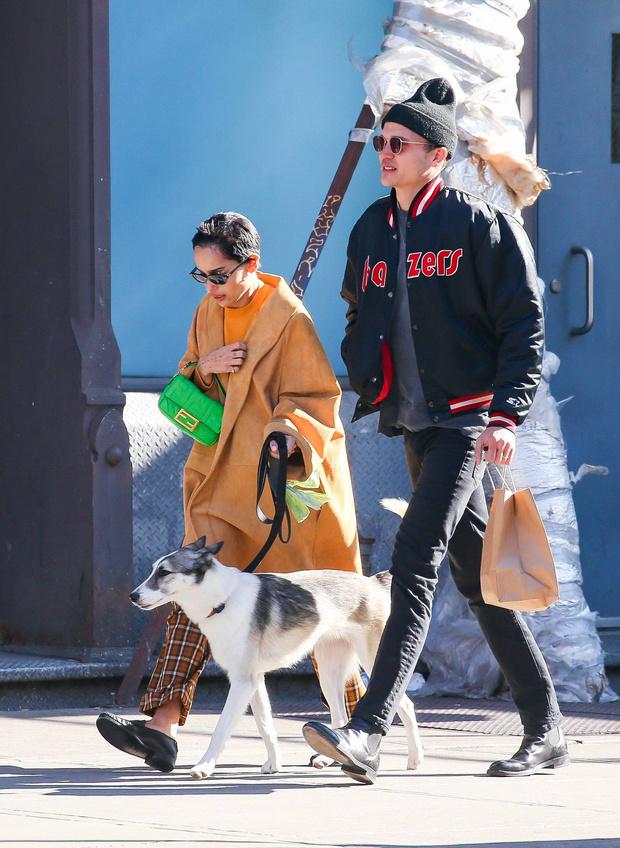 Бежевое пальто + неоновая сумка = стильное комбо! Зои Кравиц на прогулке с мужем (фото 2)