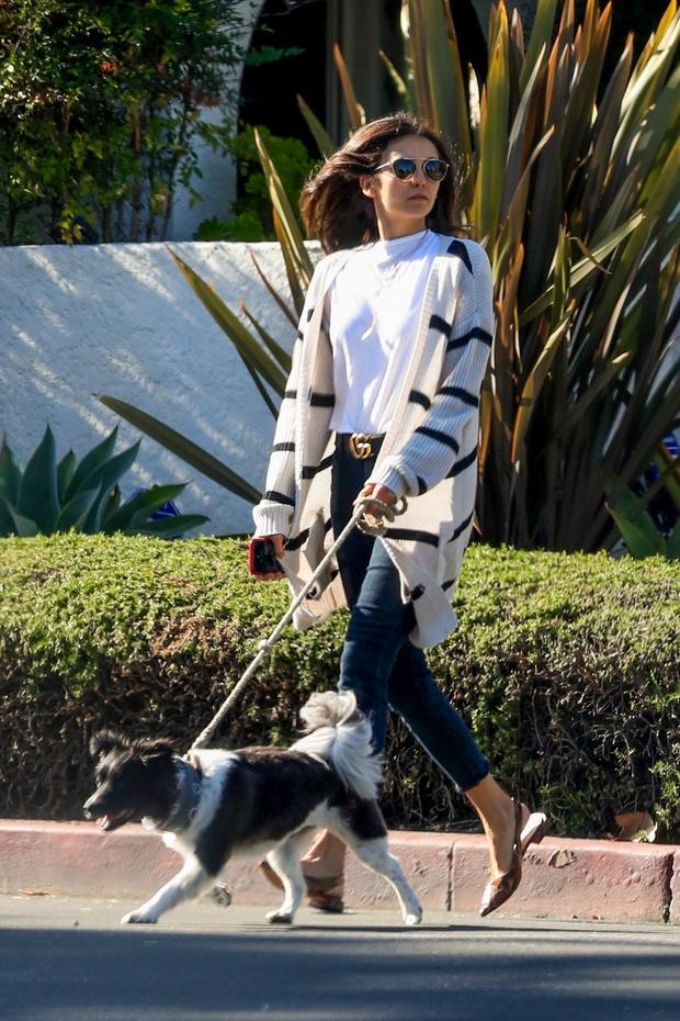 Полосатый кардиган + «хищные» мюли: Нина Добрев показывает, с чем носить джинсы скинни (фото 1)