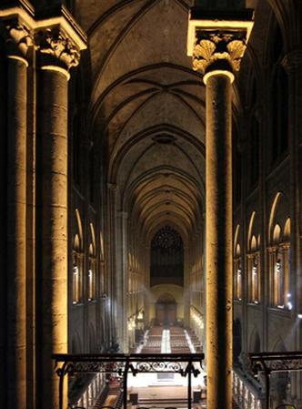 Интерьер Нотр-дам-де-Пари с новой подсветкой