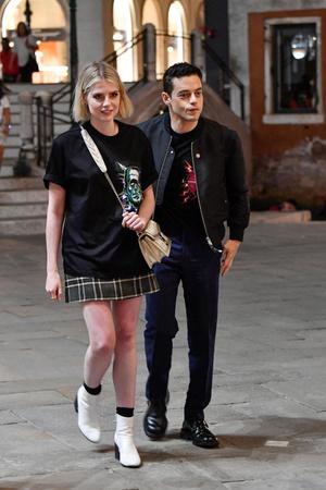 Prada на двоих: Люси Бойнтон и Рами Малек носят одинаковые футболки (фото 1.2)