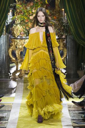 Показы мод Roberto Cavalli Осень-зима 2016-2017 | Подиум на ELLE - Подиум - фото 4533