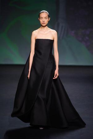 Показ Christian Dior коллекции сезона Осень-зима 2013-2014 года haute couture - www.elle.ru - Подиум - фото 556356